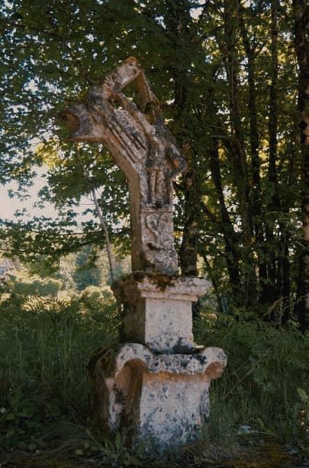 Henri Cosse est mort à 20 ans en octobre 1915, son frère Paul est mort à 22 ans en juillet 1918. Fou de douleur, leur père a cassé la croix qui se trouve au lieu-dit Roqueveral sur la route de Fontpeyrine...