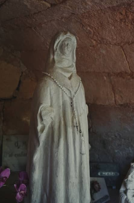 ...ainsi que les bras de la Vierge de Fontpeyrine.